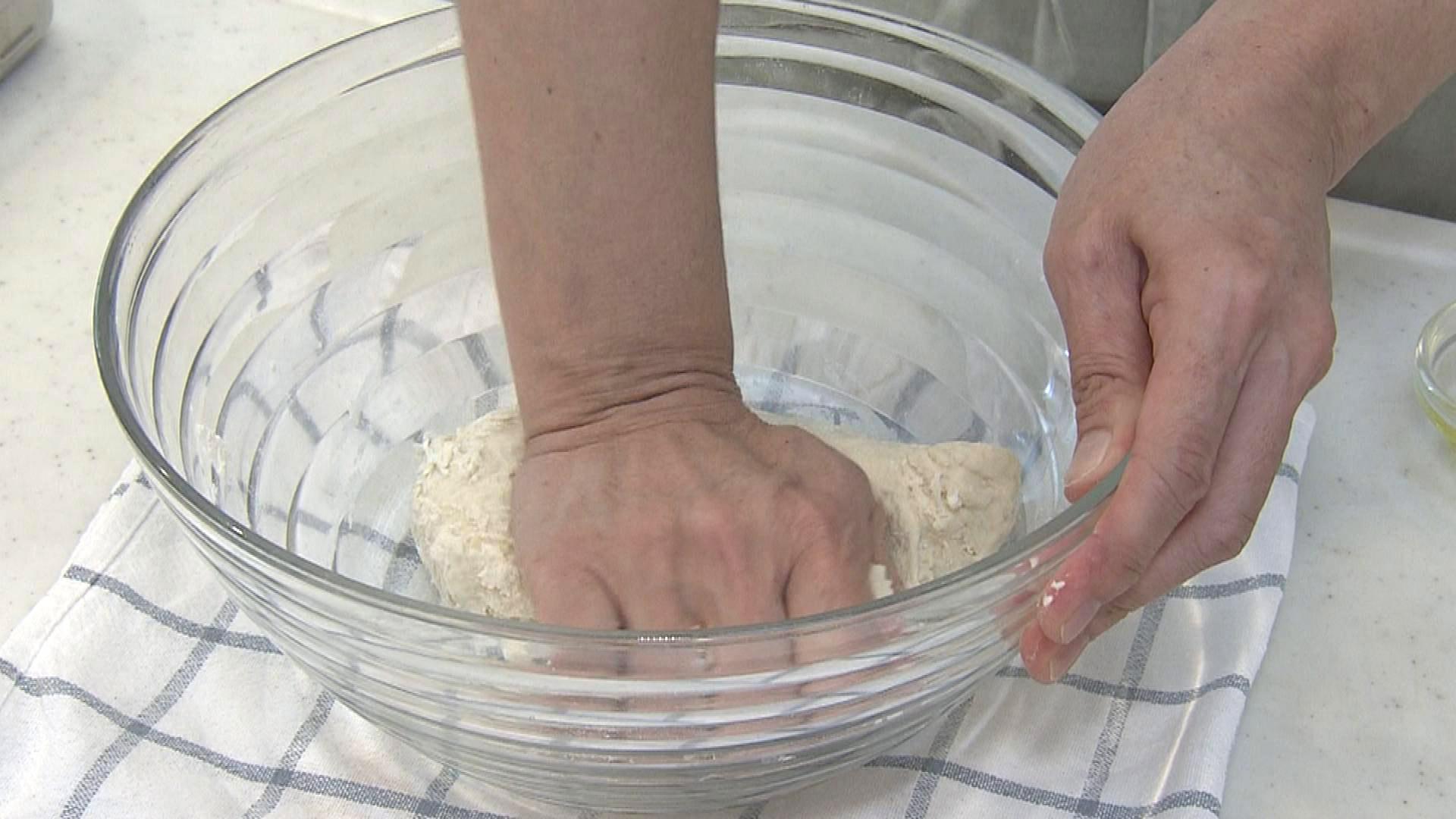 1. ボウルに小麦粉と砂糖・塩・ドライイーストを入れ、さっと混ぜる。ぬるま湯を少しずつ入れヘラで混ぜる。固まってきたら手で10〜15分しっかりと捏ねる。