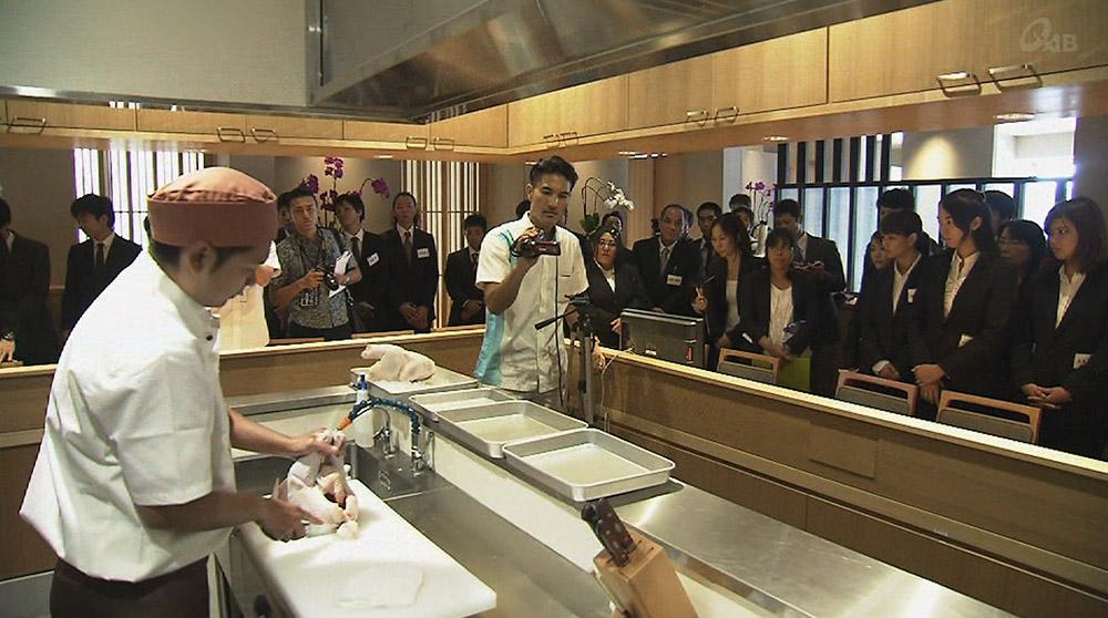 調理師を目指す学生 ステーキ店で課外授業