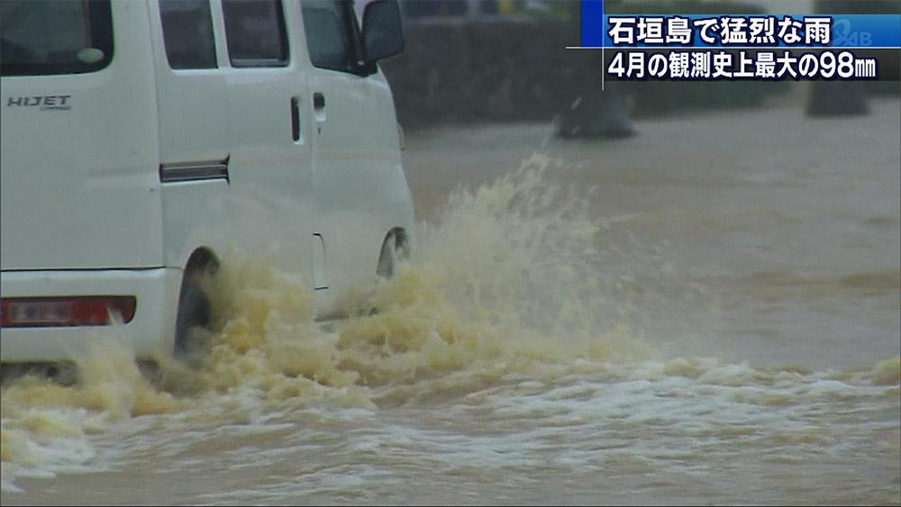 石垣島地方に猛烈な雨 各地で冠水