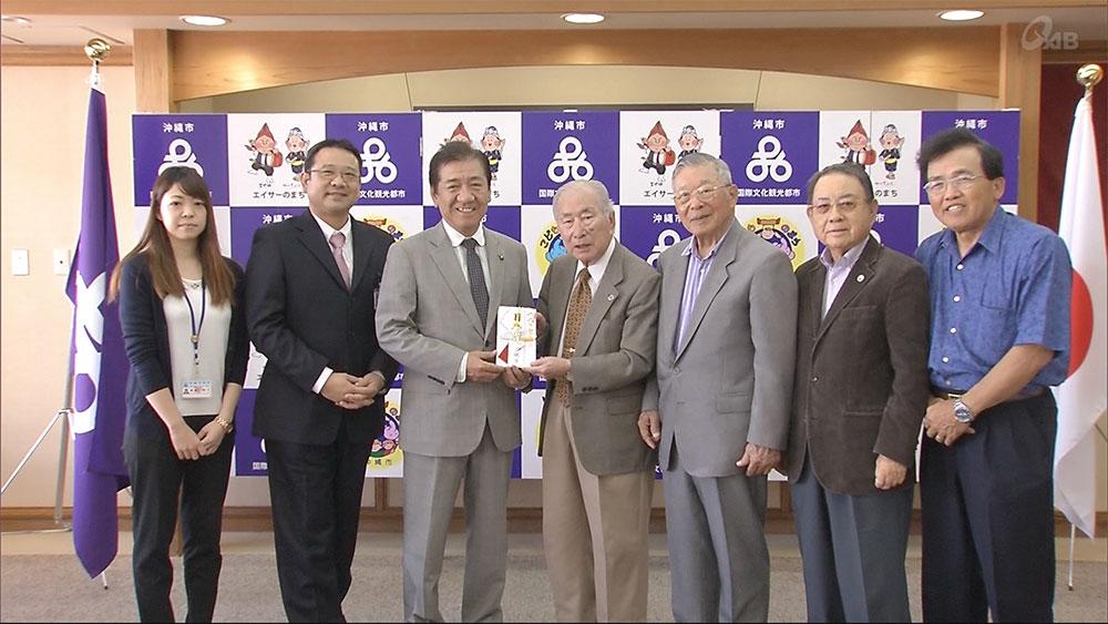 沖縄市が「ハワイ沖縄プラザ」寄付金を贈呈