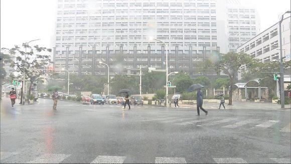 激しい突風や急な強い雨に注意